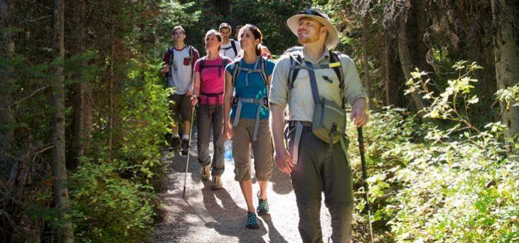Imbracaminte montana de vara – Ce haine sunt potrivite pentru drumetii?