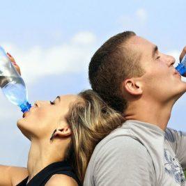 Cat este de sigura reutilizarea sticlelor de apa din plastic? Tu ce folosesti in drumurile tale?