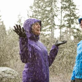 articole obligatorii in drumetii pe ploaie: geaca impermeabila si parazapezile