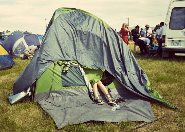 """Camping la festival – Latura """"neagra"""" a camparilor la cort si cum sa le faci fata"""