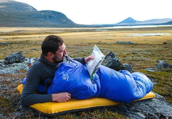 intretinerea sacului de dormit - sac pe saltea de cort
